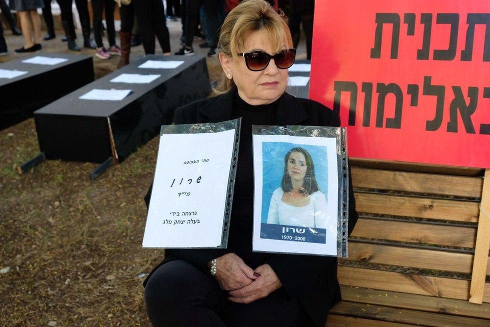 סימה פרימן אמא של שרון פלג שנרצחה על ידי בעלה מפגינה ויצו תל אביב (צילום: שאול גולן)