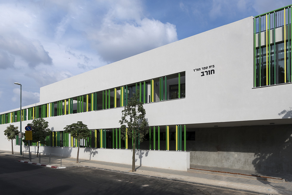 חזית בית הספר. לחצו על התצלום כדי לקרוא את הכתבה המלאה על המבנה (צילום: עמית גושר)