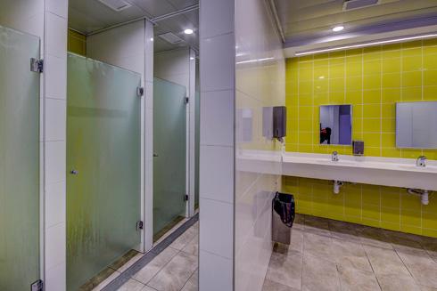 שירותים ומקלחות במרכז המשופץ (צילום: עופר עברי)