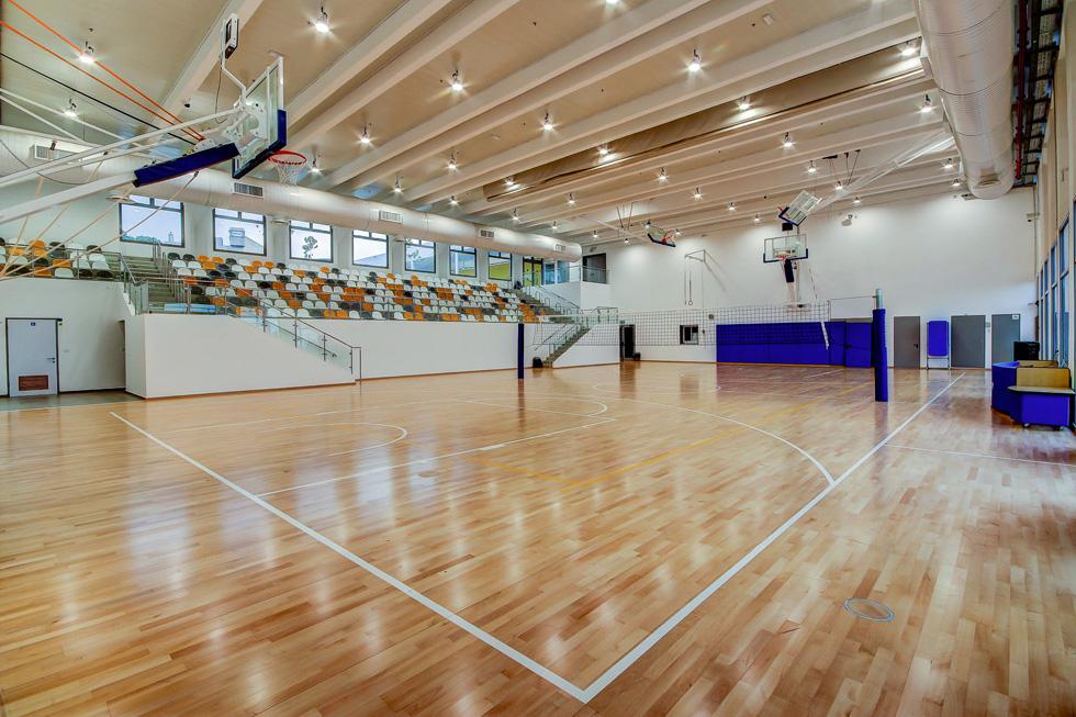 אולם הספורט מותאם לתקני הבטיחות והנגישות העכשוויים, עם 250 מושבים ורצפת פרקט (צילום: עופר עברי)