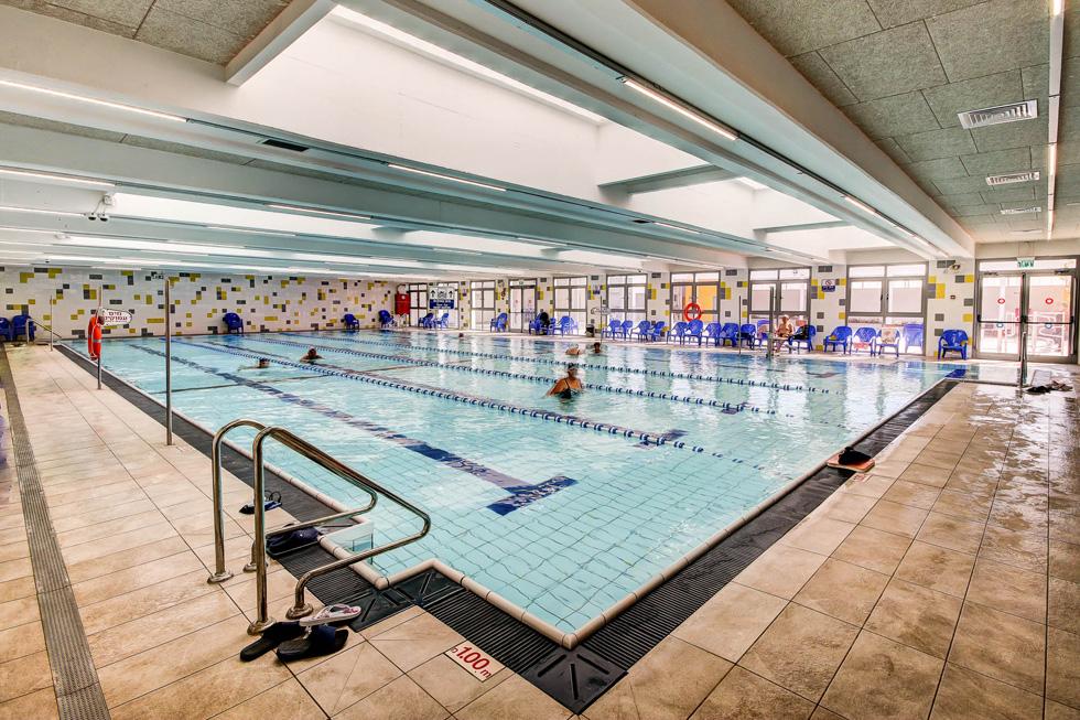 בריכת השחייה המחודשת פחות עמוקה ב-40 סנטימטרים, ופתחים אורכיים מחדירים פנימה אור יום ואוויר (צילום: עופר עברי)