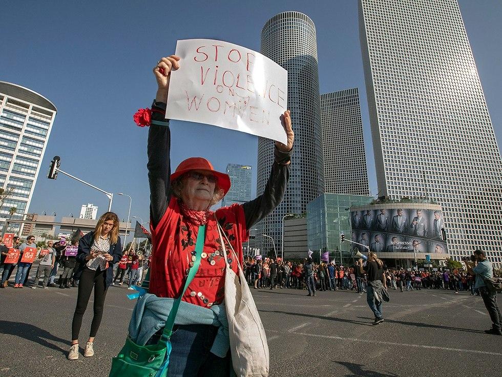 מחאת הנשים בצומת עזריאלי תל אביב (צילום: EPA)