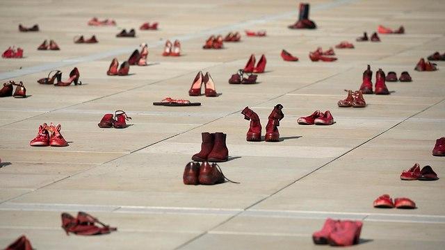 מחאה נשים נגד אלימות נעליים אדומות (צילום: EPA)