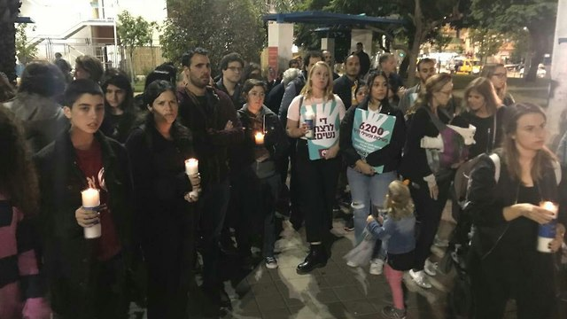 עשרות מפגינים במסע לפידים בגינת לוינסקי שבדרום תל אביב, כחלק ממחאת הנשים  (צילום: שרון קנטור)