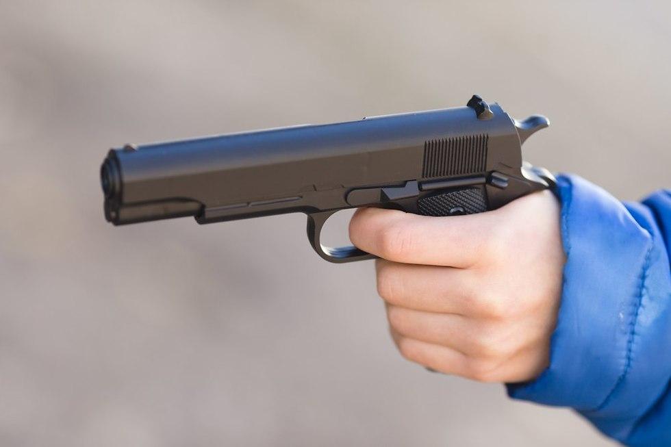 ילד עם אקדח אילוסטרציה (צילום: shutterstock)