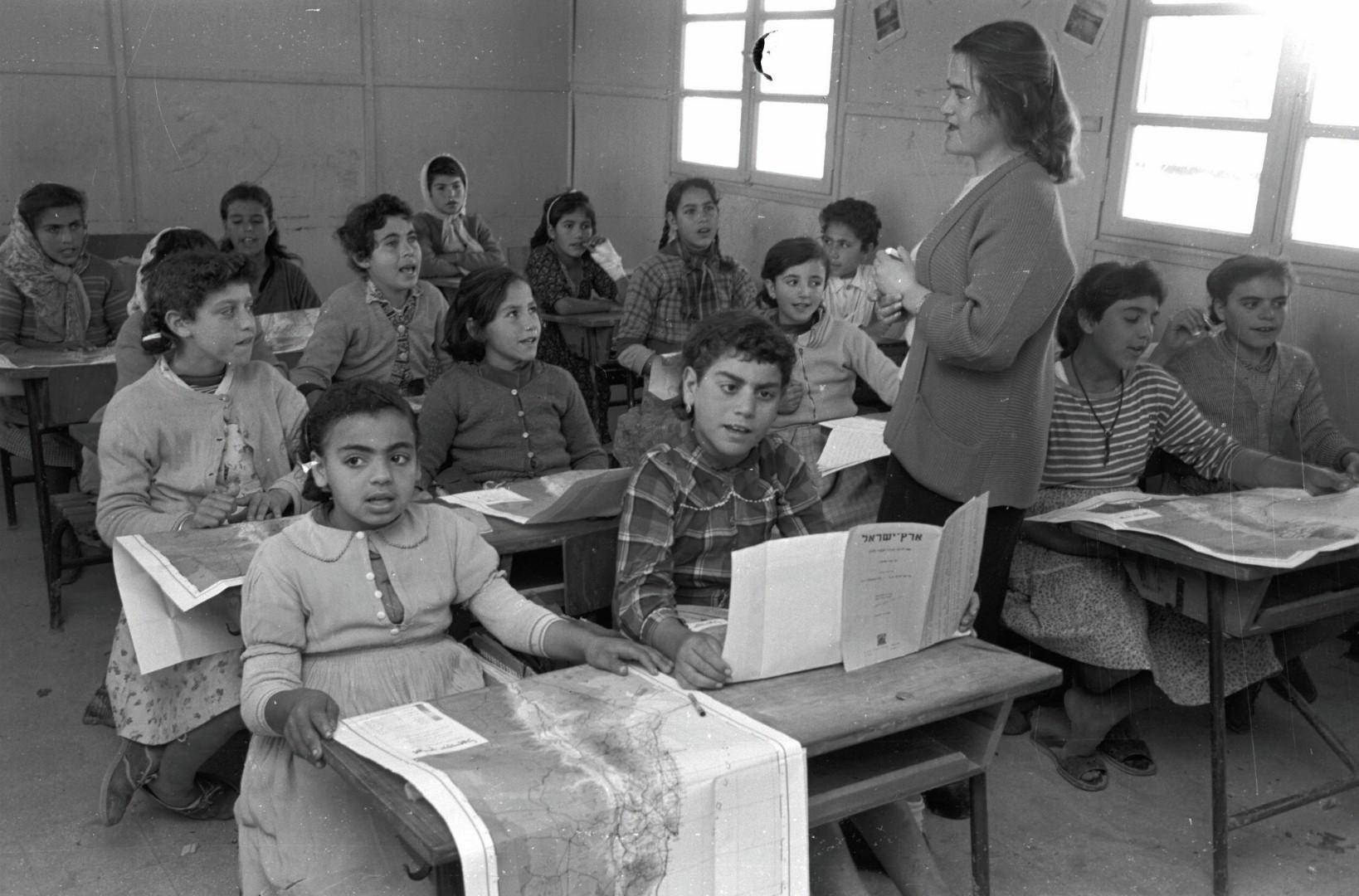 ילדי עולים לומדים במעברה (צילום: דוד רובינגר)