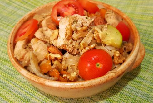 אטריות אורז עם עוף וירקות (צילום: סיון פלג)