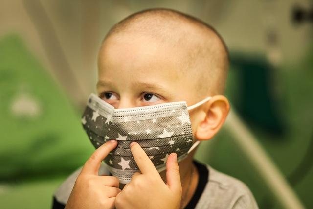 В людных местах Ванечка носит маску, чтобы не заразиться. Фото: личный архив