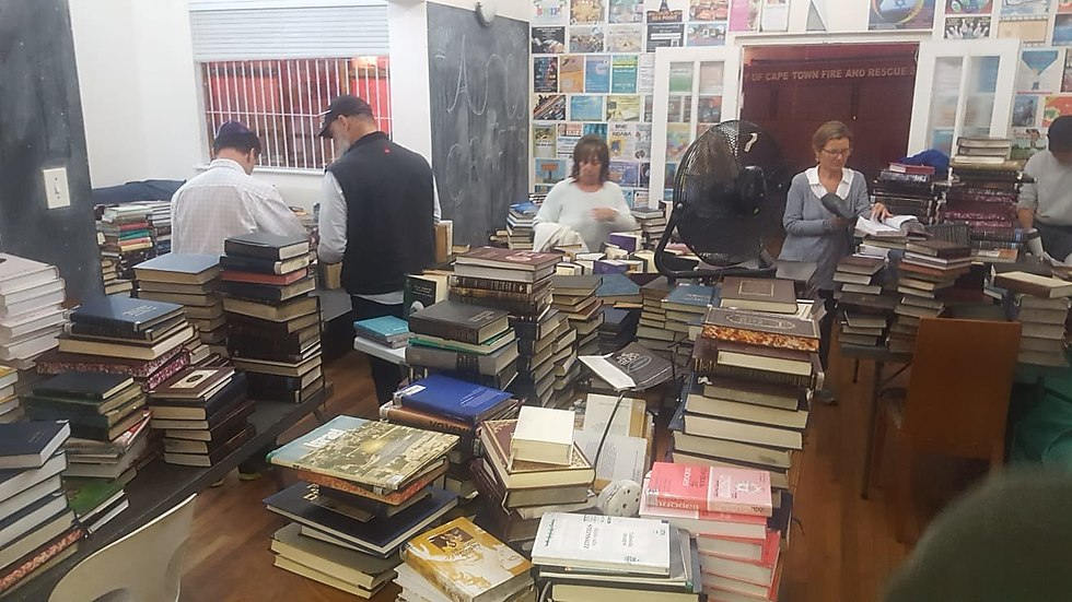 ביתם של שליחי בני עקיבא, אביה ולביא וולף, הפך מקלט לספרים שניצלו (צילום: לביא וולף)