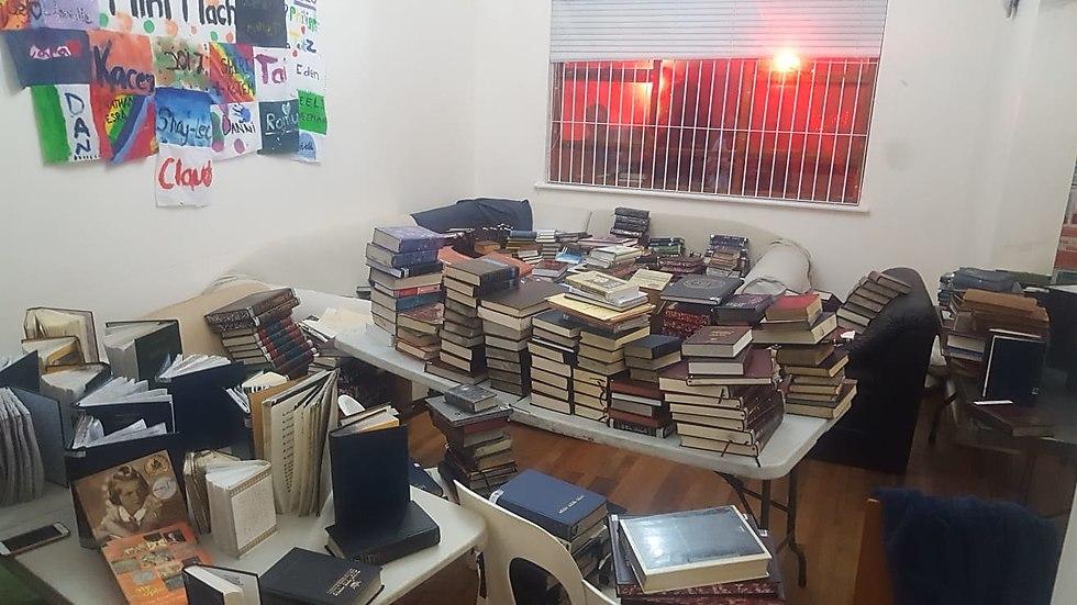 במהלך הלילה כולו סייעו שכנים ויהודים תושבי העיר - דתיים וחילונים - בהעברת ספרי הקודש מבית הכנסת (צילום: לביא וולף)