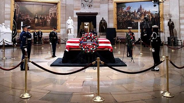 משמר כבוד ליד ארונו של גורג' בוש האב נשיא ארה
