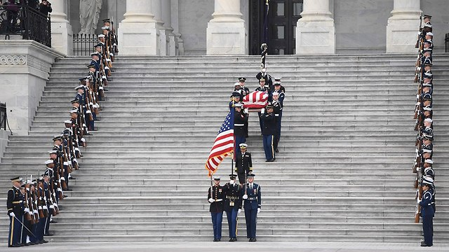 טקס אשכה ג'ורג' בוש האב (צילום: AFP)