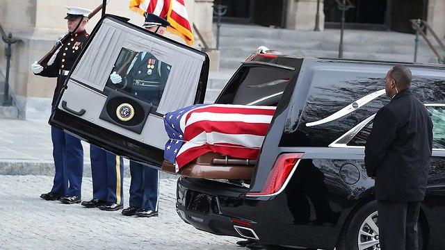 ארונו של ג'וג' בוש האב (צילום: AFP)