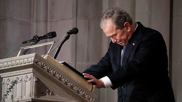 ג'ורג' בוש בוכה בהספד על אביו (צילום: EPA)
