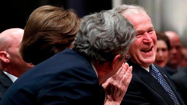 ג'ורג' בוש בוכה בהספד על אביו (צילום: AFP)