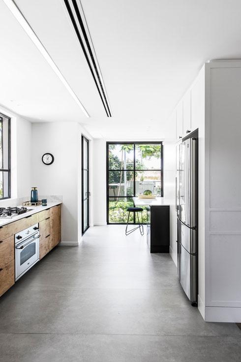 כמו הסלון, גם המטבח מסתיים בחלון גדול הפונה לנוף מאחור (צילום: איתי בנית)