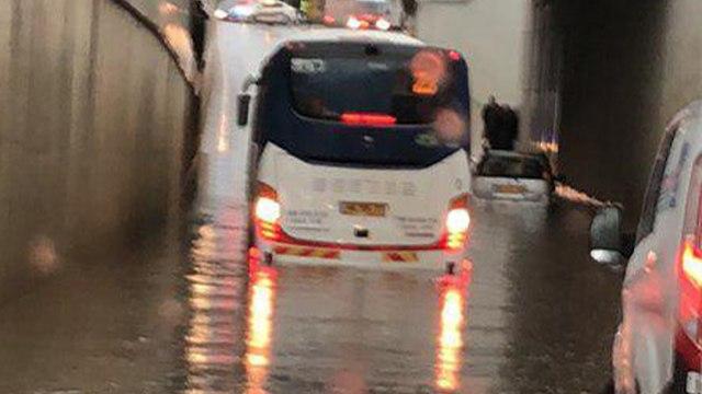 מזג אוויר אוטבוס נתקע הצפה באר יעקב (צילום: שרון סגל)