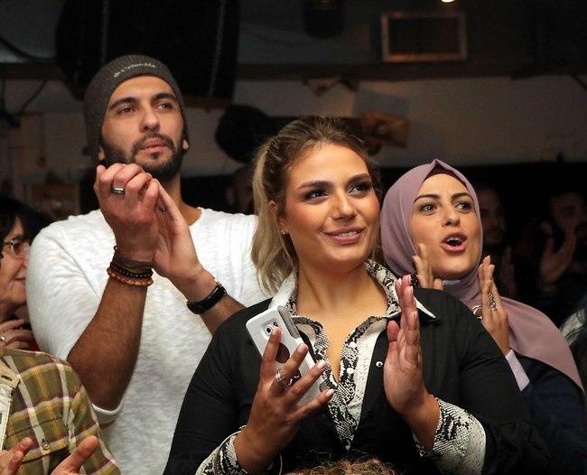 מחיאות כפיים סוערות. לירז אסייג והחברים מהאח (צילום: אמיר מאירי)