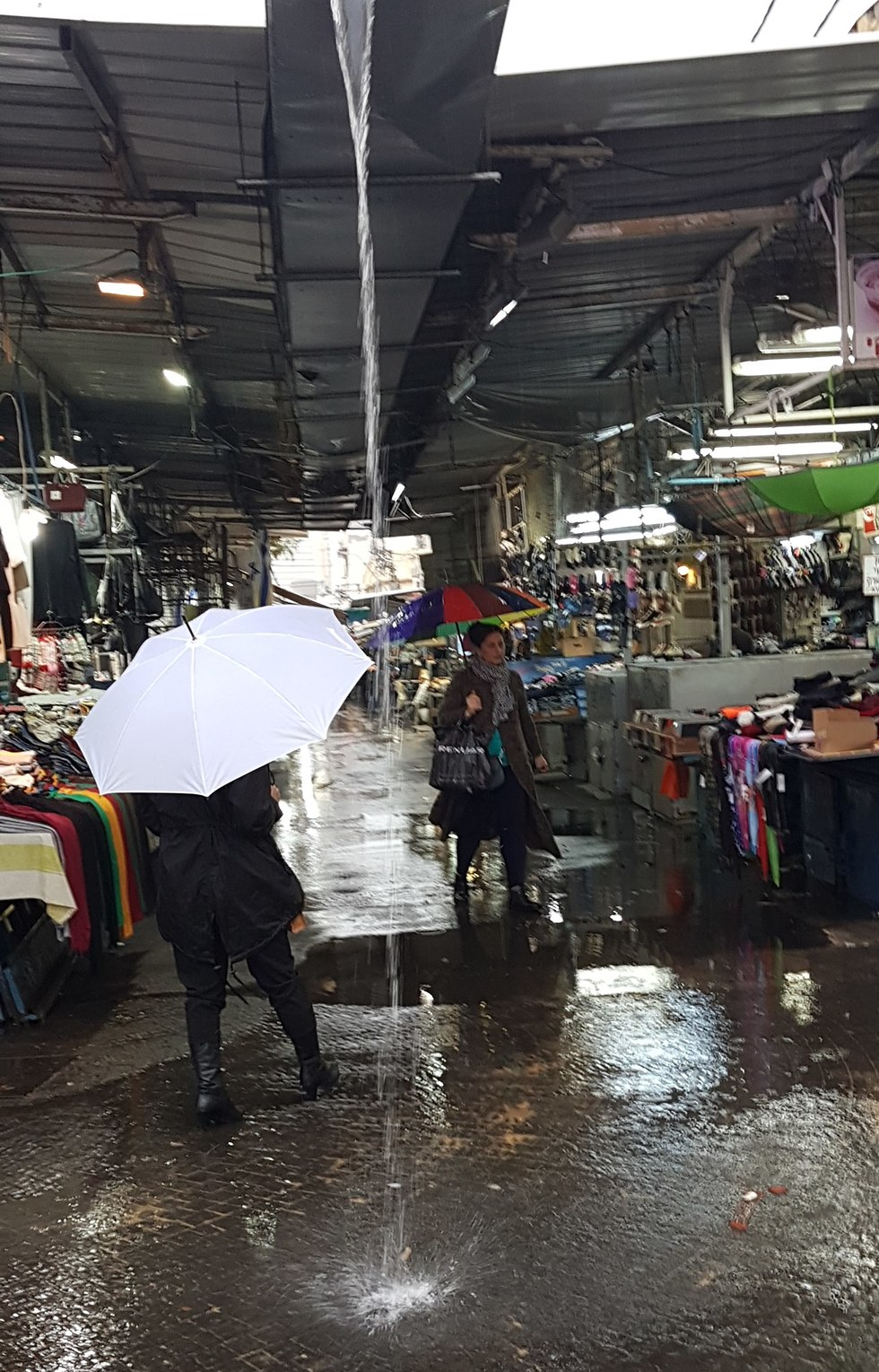 Raining at Carmel Market in Tel Aviv (Photo: Baruch Bar-Av)
