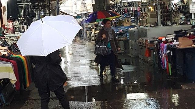 מזג אוויר גשם הכניסה כניסה לשוק הכרמל תל אביב (צילום: ברוך בר- אב )