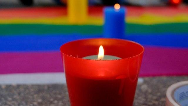 נר זיכרון ודגל הגאווה (צילום: Shutterstock)