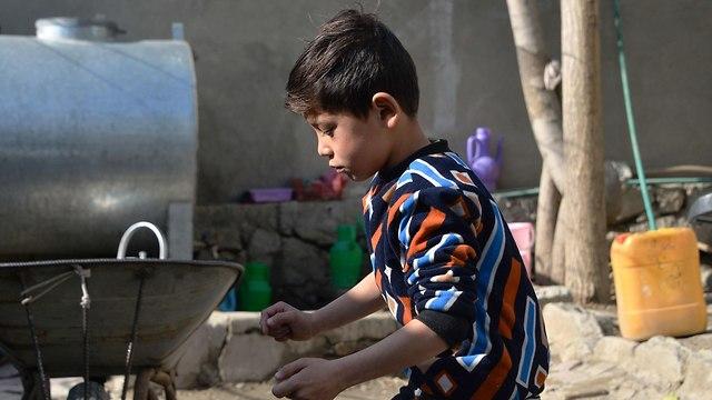 מורטזה אחמדי חולצת ליונל מסי ברח מ הבית פליט אפגניסטן (צילום: AFP)