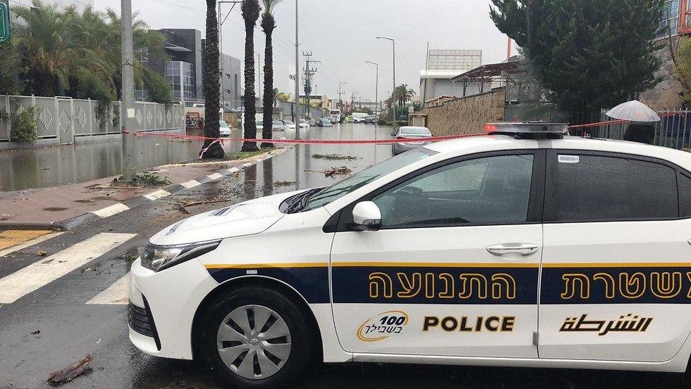 משטרה חסימת כביש כבישים יבנה מזג אוויר גשום גשם  ( צילום: דוברות המשטרה)