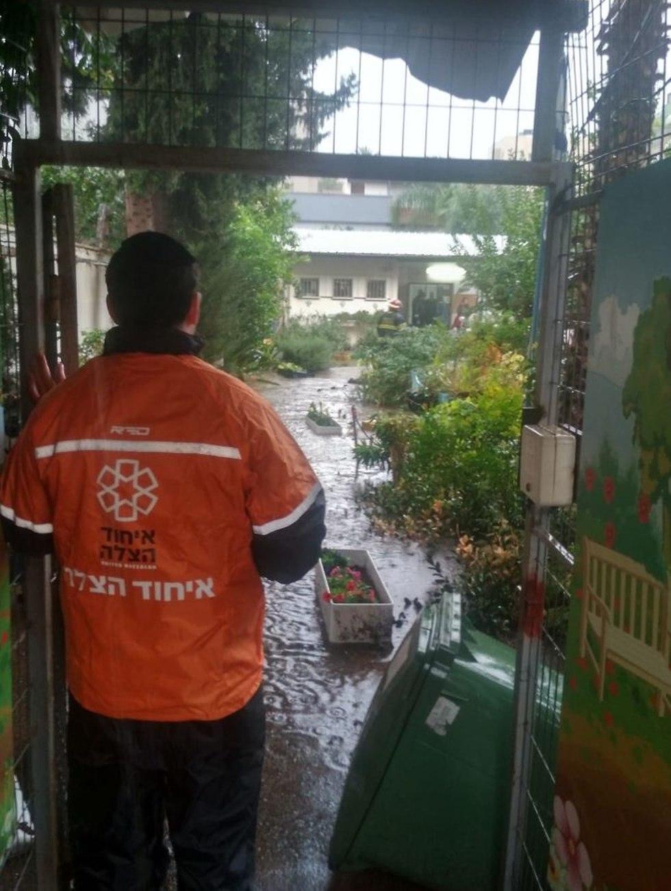 גן ילדים רחובות הצפה הוצף גשם גשום מזג אוויר (צילום: דוברות איחוד הצלה)
