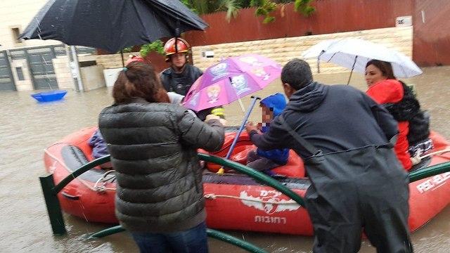 חילוץ גן ילדים (צילום: עיריית רחובות)