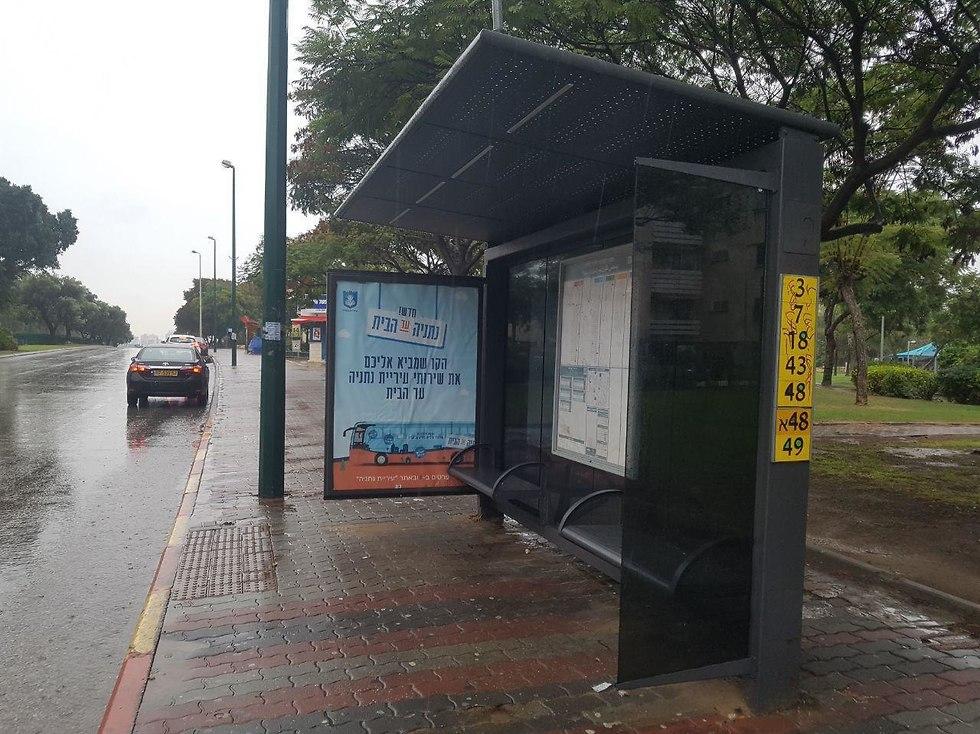 תחנת אוטובוס בנתניה (צילום: רענן בן צור)