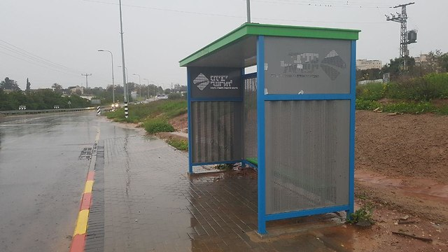 תחנת אוטובוס צומת כביש 562 ליד צורן (צילום: רענן בן צור)