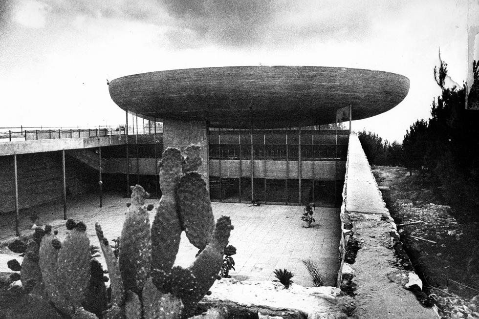 והמושל בכיפה: בית הכנסת המרכזי שתכנן נחום זולוטוב (צילום: רן ארדה)