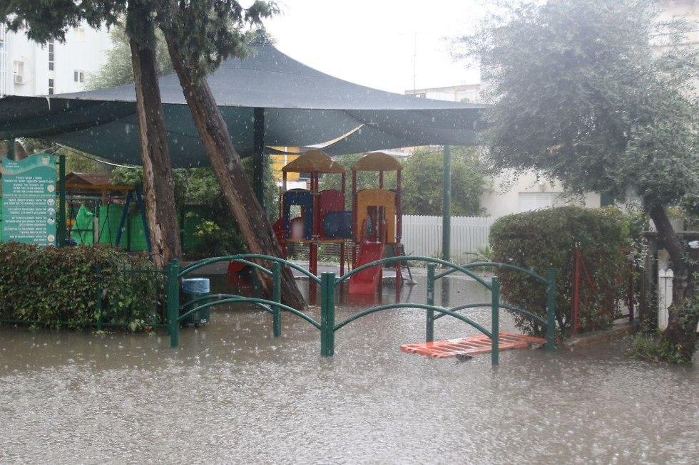 חילוץ גן ילדים ברחובות (צילום: אבי מועלם )
