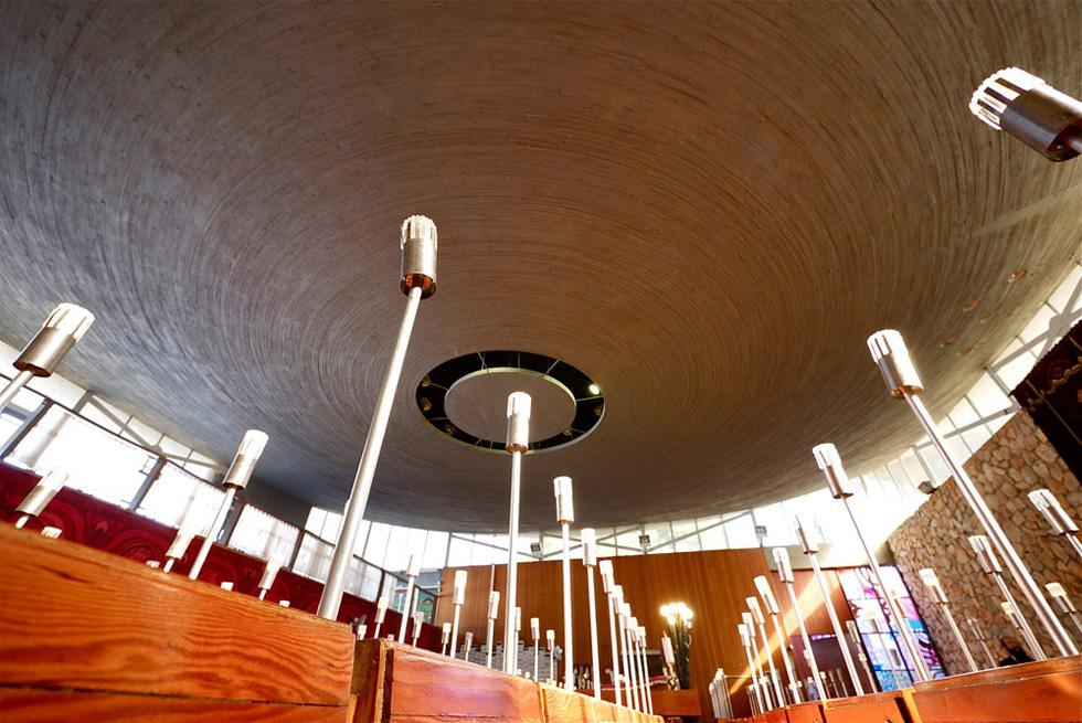 והנה בית הכנסת במבט מבפנים כלפי התקרה (צילום: איתי סיקולסקי)