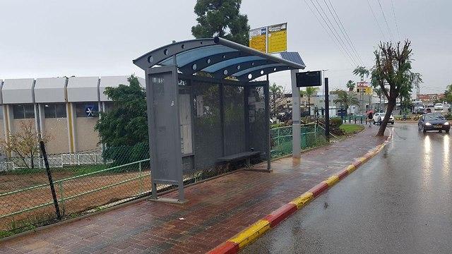 תחנת אוטובוס בתל מונד (צילום: רענן בן צור)