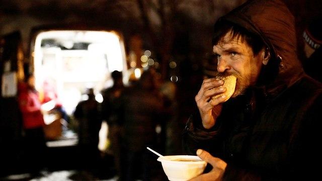 רוסיה שף קפה איטליה מבשל מרק ל הומלסים (צילום: רויטרס)