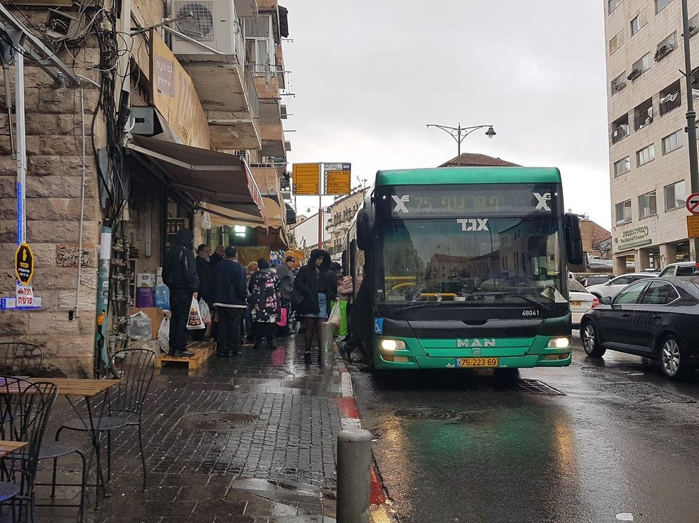 תחנת אוטובוס בשוק מחנה יהודה בירושלים (צילום: ענבר טויזר)