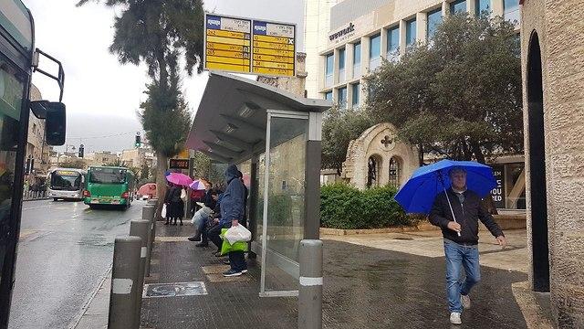 תחנת אוטובוס ברחוב המלך ג'ורג' ירושלים (צילום: ענבר טויזר)