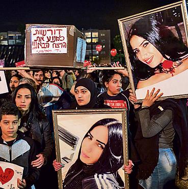 """מפגינות בתל־אביב עם תמונתה של יארא איוב שנרצחה. """"לא נרפה"""""""