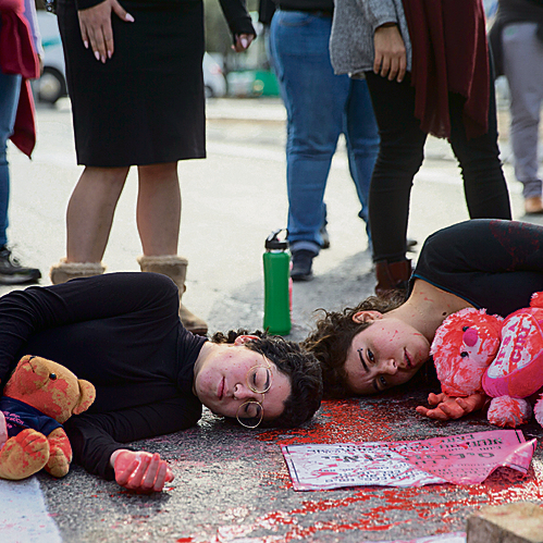 ההפגנה בכיכר ספרא בירושלים. צבע אדום ובריסטולים על הכביש עם שמות הנרצחות | צילום: אוהד צויגנברג