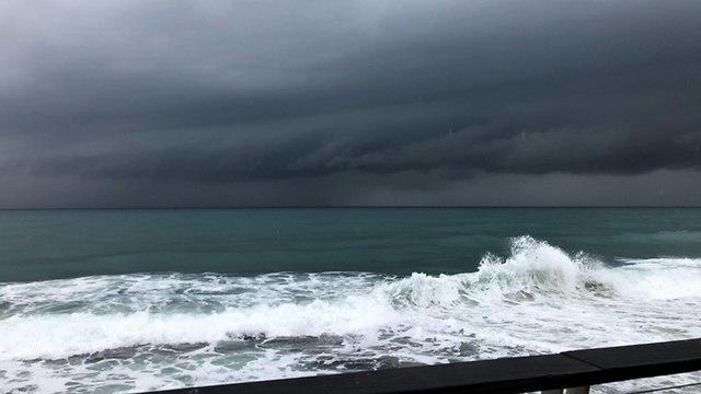 ענני סערה בנמל תל אביב (צילום: רועי דואק)