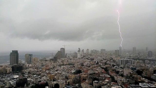מזג אוויר ברק ברקים תל אביב (צילום: שי הלמן )