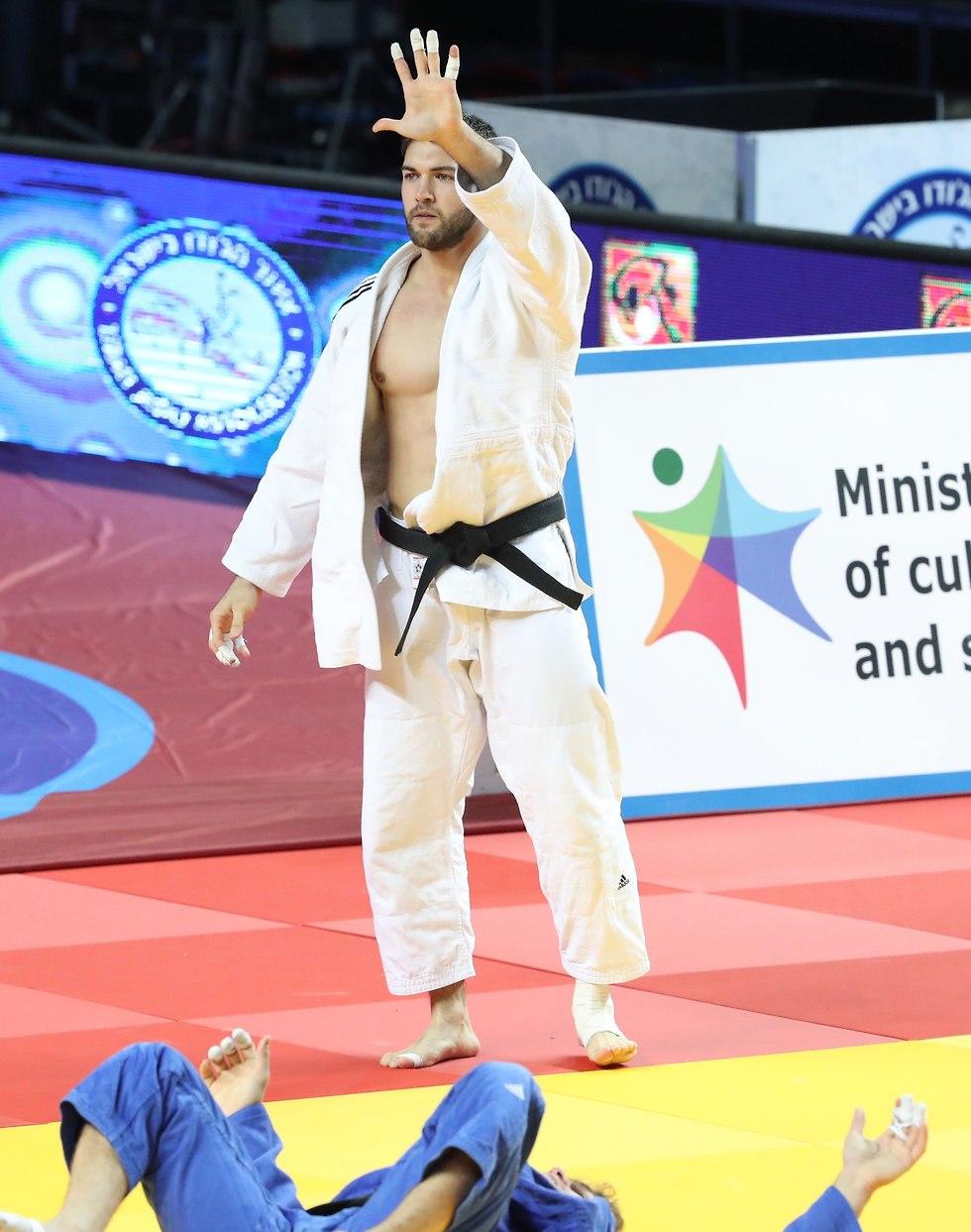 אסף חן חוגג זכייה חמישית באליפות ישראל (צילום: אורן אהרוני)