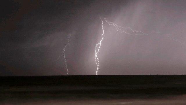 ברקים מעל הים מול חדרה (צילום: AP)