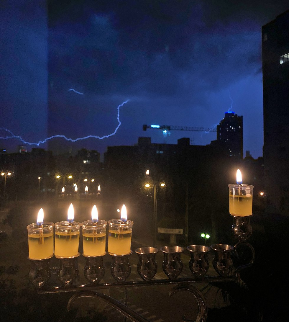ברקים על רקע נרות חנוכה (צילום: בועז בלום )