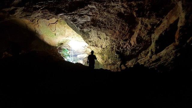 חושך מוחלט במערה (צילום: אסף קמר)