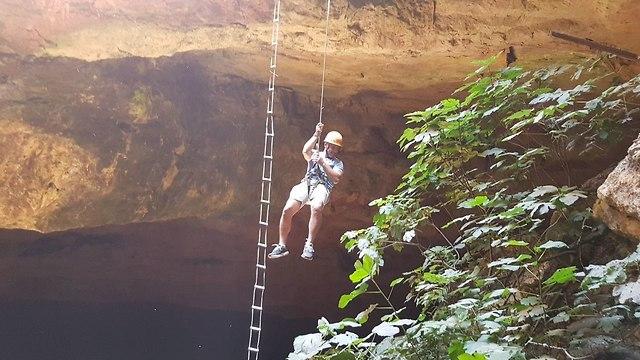 הירידה למערה רק באמצעות סנפלינד (צילום: אסף קמר)