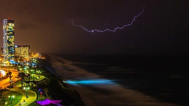 ברקים בנתניה (צילום: גבעתי זהר )