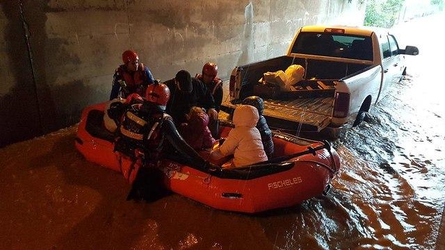 Спасатели эвакуируют жителей центра страны