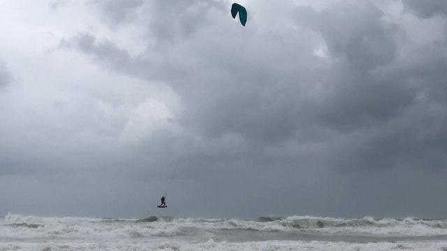 מזג אוויר חורפי בחוף  בקשתות אשדוד (צילום: שמואל דוד )